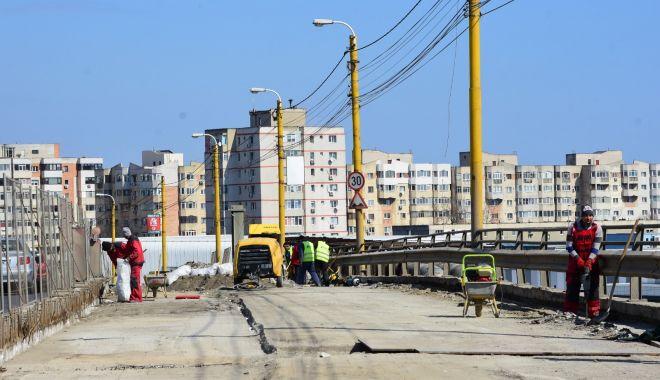 Foto: Podul de la Butelii, în lucru. Se toarnă noul strat de beton