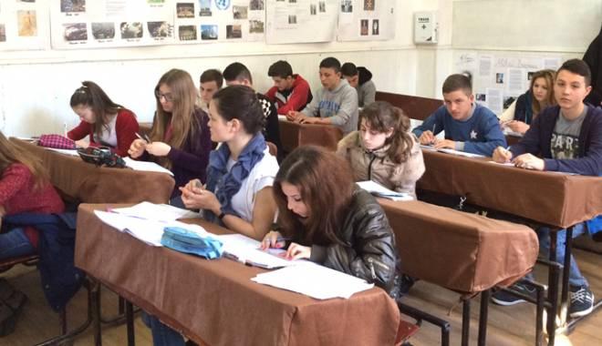 Foto: Poet constănţean, invitat la liceul din Mihail Kogălniceanu
