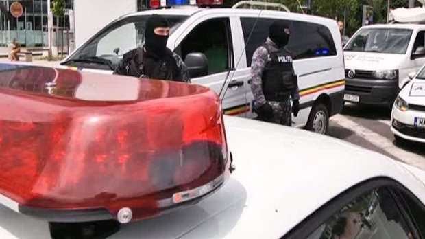 Foto: Hoţ scăpat din mâini de poliţişti în timp ce încercau să-i pună cătuşele