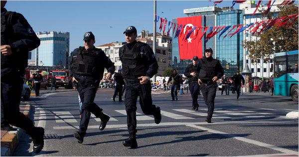 Doi polițiști turci, răniți într-un atac cu bombă la Istanbul - politia-1420565855.jpg