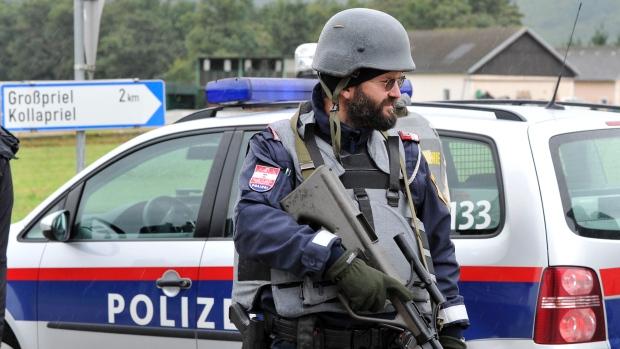 Foto: Români care transportau ilegal imigranți clandestini, arestați în Austria