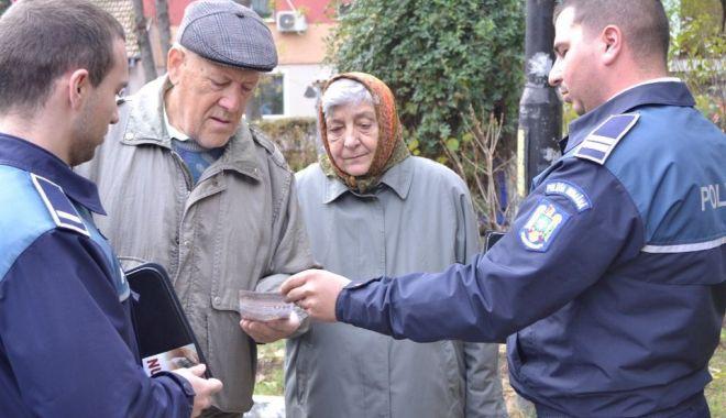 """Foto: Bătrânii, """"instruiți"""" de poliţişti să nu cadă victime ale hoţilor"""