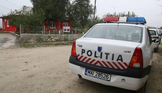 Foto: Tinerii bănuiți că au tâlhărit un bătrân, duși la arestare