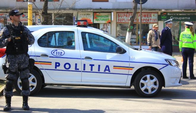 Foto: Pe mâna poliţiştilor, după ce a furat haine dintr-un magazin