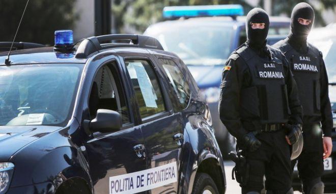 Aproape 40 de migranţi, descoperiţi ascunşi în şase camioane la frontiera cu Ungaria - politiadefrontiera-1611742185.jpg