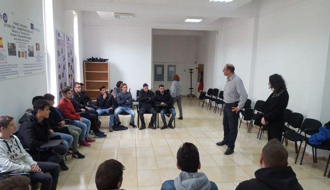Foto: Elevi constănțeni, vizitați  de un specialist  din cadrul  poliției elvețiene