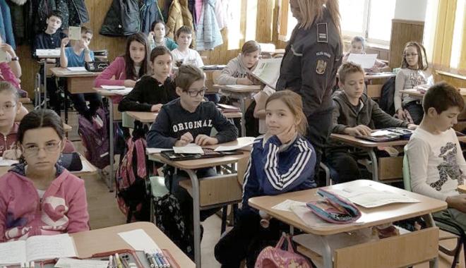 Foto: Elevii din Constanţa, faţă în faţă cu oamenii legii