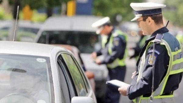 Foto: JANDARM LOVIT INTENŢIONAT CU MAŞINA. Şoferul fugar, căutat de poliţie