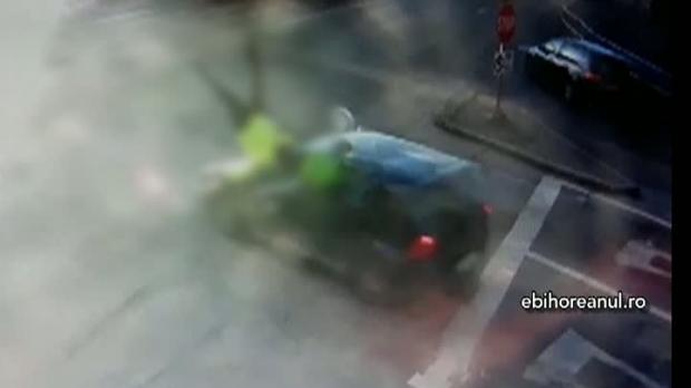 Foto: Poliţist luat pe capotă de un şofer care nu a respectat indicaţiile agentului