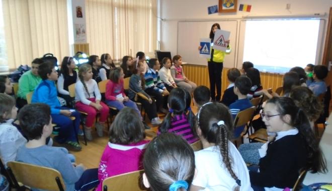 Foto: Poliţiştii, în vizită de lucru la şcolile gimnaziale din Constanţa