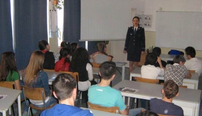 Foto: TRAFICUL DE PERSOANE NU ESTE O GLUMĂ! Elevi din Constanţa, instruiţi de poliţişti!