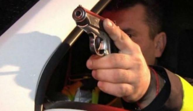 Foto: Focuri de armă și un polițist luat pe capotă. Șoferul a fugit de la locul faptei