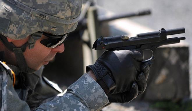 Foto: Poliţiştii şi militarii ar putea să folosească arma din dotare fără să mai răspundă penal