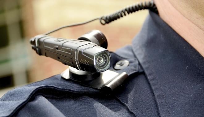 """Foto: Poliţiştii vor fi dotaţi cu camere şi microfoane ataşate uniformei. """"Va genera realităţi pe care cei din conducere refuză să le vadă"""""""