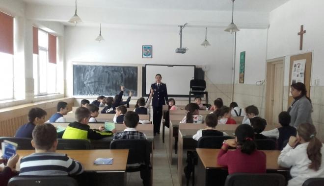 Foto: Poliţiştii, discuţii cu elevii  de gimnaziu despre droguri şi bătăi