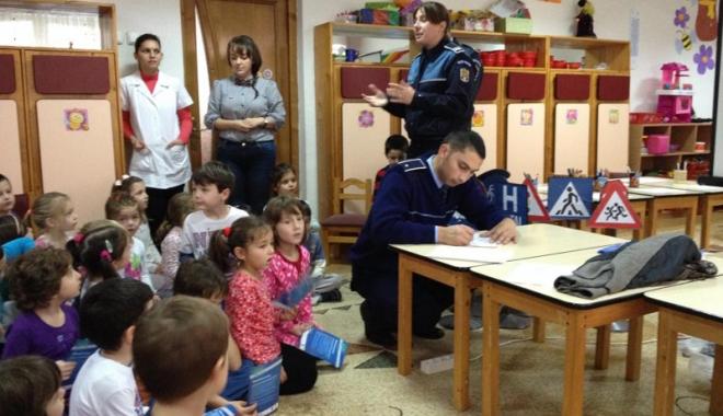 Foto: Poliţiştii din Constanţa, dialog cu copii din mai multe grădiniţe