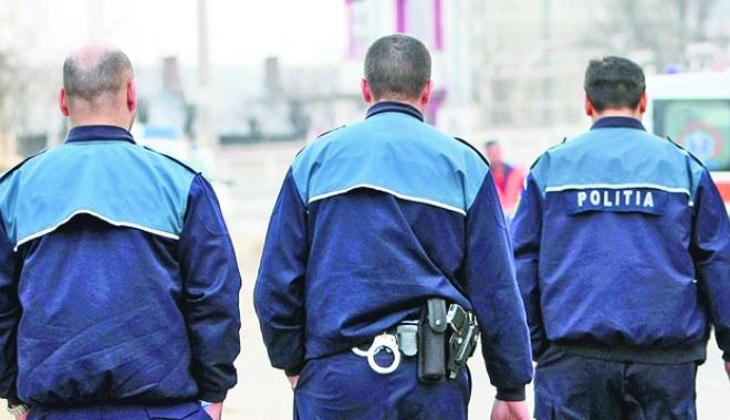 """Foto: Poliţiştii, umiliţi cu 80 de bani pentru permanenţă. """"Le dau bani din buzunarul meu, doar să fiu liber cu familia"""""""