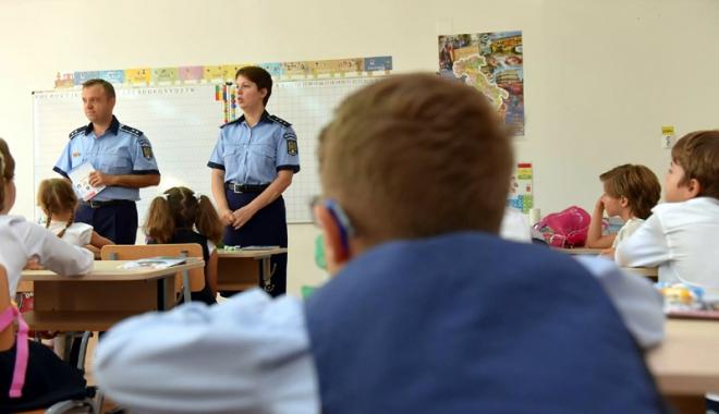 Foto: Poliţiştii, discuţii cu elevii constănţeni despre siguranţă