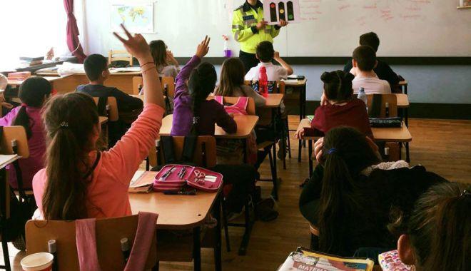 Foto: Poliţiştii constănţeni, acţiune alături  de elevii liceului din Nicolae Bălcescu