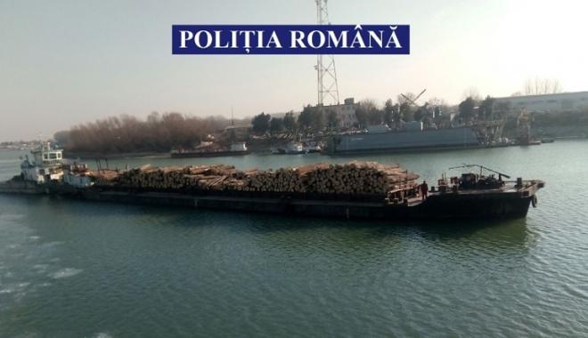 Foto: Poliţiştii din Constanţa au confiscat o navă şlep plină cu lemne