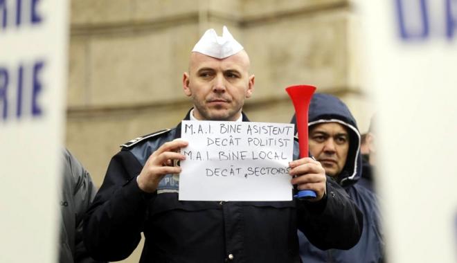 """Foto: Poliţiştii, duşi cu zăhărelul. """"Nu am simţit nimic la salariu, ţeapă din nou!"""""""