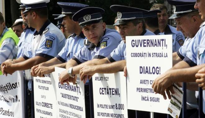 """Foto: Poliţiştii ies din nou în stradă şi pun """"tunurile"""" pe politicieni. """"Îşi bat joc de noi"""""""
