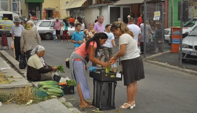 Foto: Război cu pieţarii clandestini. Poliţia le confiscă zarzavaturile, dar şi banii şi maşinile cu care transportă marfa