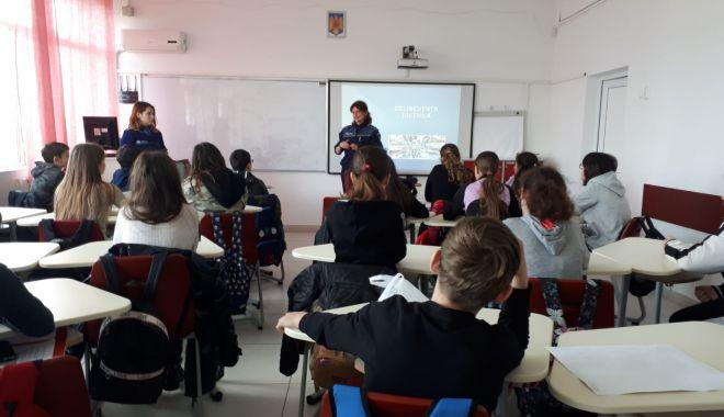 """Foto: Poliţiştii, în vizită la Liceul """"Carmen Sylva"""" din Eforie Sud"""
