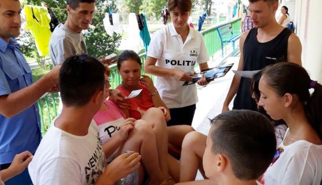 Foto: Poliţiştii, în vizită în taberele de pe litoral