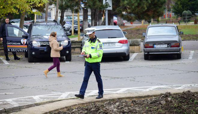 Foto: Polițiștii locali, pe urmele câinilor fără botniţă