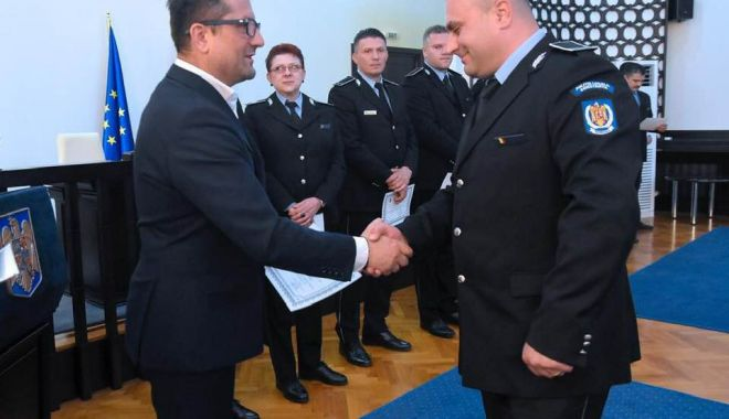 Foto: Poliţiştii locali, premiaţi pentru merite deosebite, chiar de ziua lor