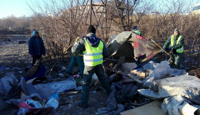 """Foto: Poliţiştii locali au făcut """"curăţenie"""" pe valea Portului"""