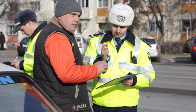 Ce obligaţii are poliţistul rutier atunci când te opreşte în trafic - politsitipozabuna-1357930004.jpg