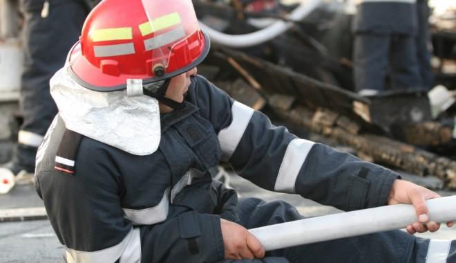 Foto: ALERTĂ LA POMPIERI! Arde o locomotivă, în Constanța