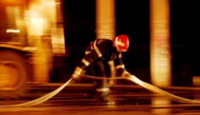 Imobil în flăcări pe strada I.L. Caragiale - pompierandreeabalaurea-1322175477.jpg