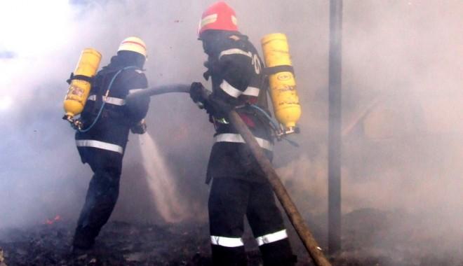 Foto: Incendiu puternic în Suceava. Sute de persoane intervin pentru stingerea acestuia