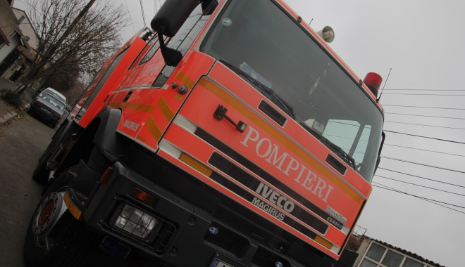 Foto: Pompierii intervin pentru deblocarea unei uși