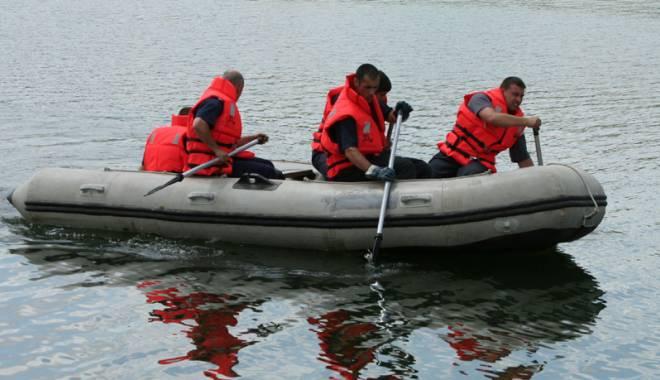 Foto: Interven�ie �n Portul Constan�a. B�rbat scos din apa m�rii
