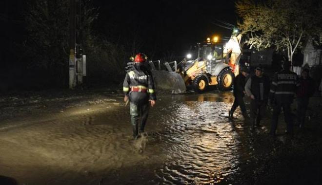 Foto: SE RUPE CERUL LA CONSTAN�A / Avertismente ale pompierilor ISU