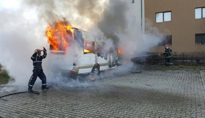 Foto: Momente de groază. Un microbuz a luat foc din senin