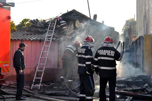 Foto: Alarmă la Constanţa. O persoană se află într-o casă care arde