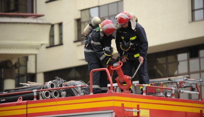 Foto: Incendiu într-un apartament din Constanța. Intervin pompierii