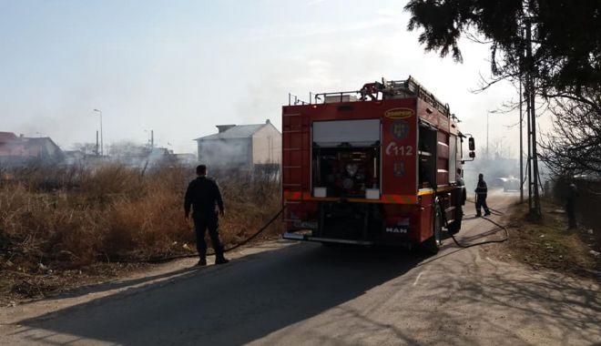 Foto: Terenuri lăsate de izbelişte de proprietari. De la mizerii, la incendii. Cine achită nota de plată?
