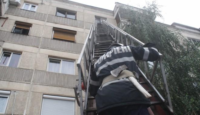 Foto: Deblocare de uşă în Constanţa. Înăuntru se află o persoană cu afecţiuni medicale