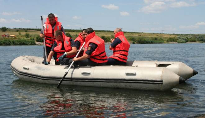 "Foto: Pompierii militari vor patrula cu b�rci pe litoral �i pe lacul Siutghiol. ""Sunt puncte vulnerabile pentru noi"""