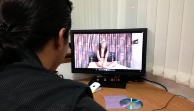 Foto: Femeie acuzată că şi-a folosit fetiţa de 9 luni pentru pornografie pe videochat