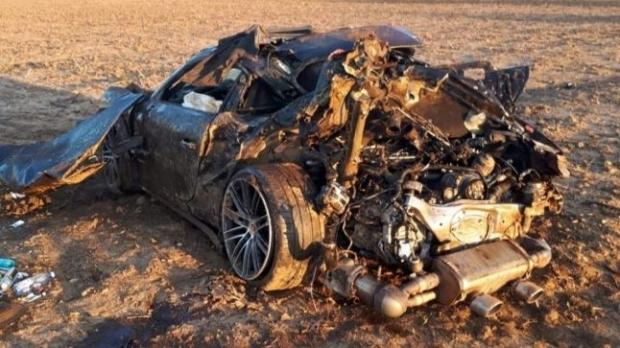 Foto: Accident grav pe DN 71. Şoferul unui Porsche a murit, iar oamenii legii au găsit două sacoşe cu lire sterline