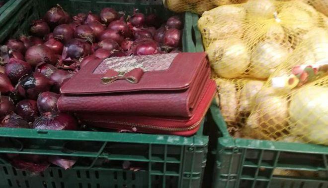 Foto: Un jandarm, aflat în timpul liber, a găsit două portofele în supermarket şi le-a predat celor care le uitaseră