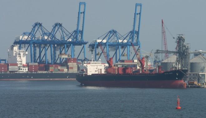 Foto: Porturile Constanţa şi Midia: 42 de nave sub operaţiuni de încărcare - descărcare