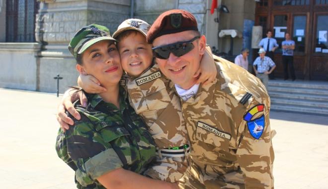 """Foto: Familia în care armata este """"religie"""". Soţ şi soţie, cot la cot pe frontul din Afganistan"""